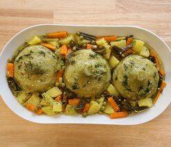 Frische Artischocken auf saisonalem Gemüse